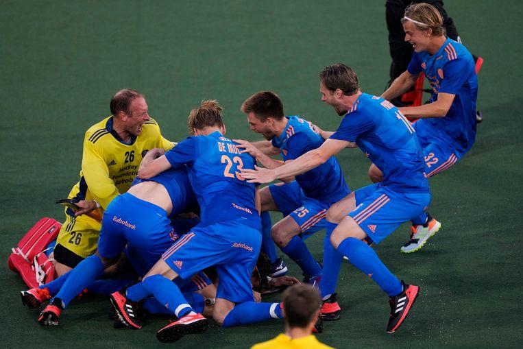 De Nederlandse mannen werpen zich op Jorrit Croon, nadat die de beslissende shoot-out heeft gemaakt. Beeld Peter Dejong/AP