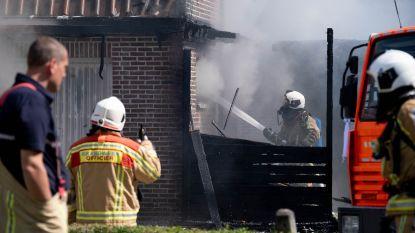 Vlammen slaan over tijdens het wegbranden van onkruid: woning onbewoonbaar, mobilhome zwaar beschadigd