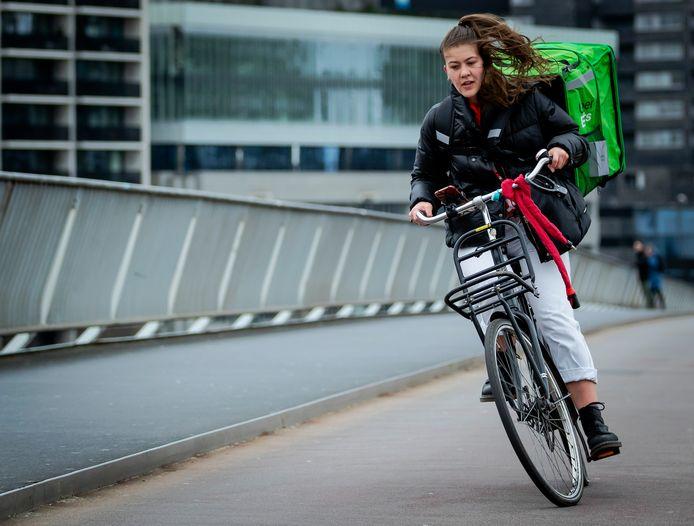 Storm in Rotterdam eind vorig jaar. Deze fietser had moeite om haar stuur recht te houden