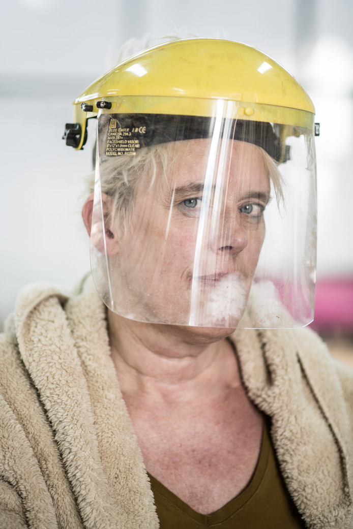 Marjo Wiltingh met een masker dat ze gebruikt tijdens haar werk.