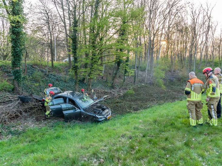 Dronken automobilist slaat over de kop in Tilburg, twee bijrijders lichtgewond