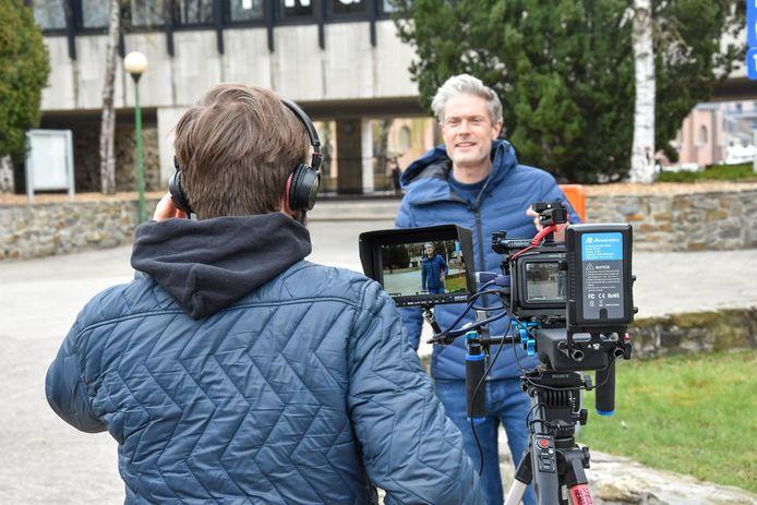 Maarten Vangramberen maakt in het filmpje onder meer de mensen wegwijs in het vaccinatiecentrum.