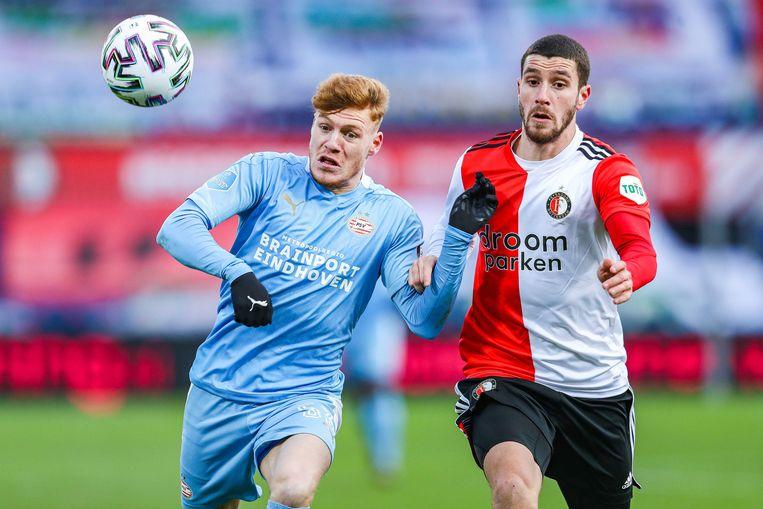 Yorbe Vertessen (PSV) en Marcos Senesi (Feyenoord) in duel. Beeld ANP