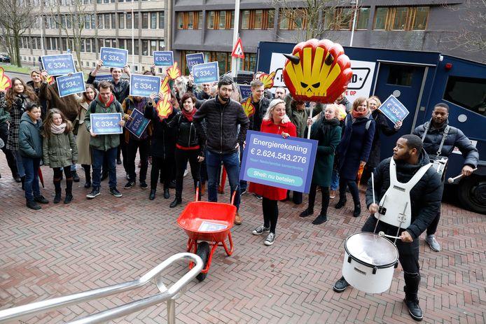 SP-actie bij het hoofdkantoor van Shell