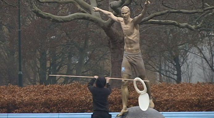 Een Malmö-fan was wel heel inventief:hij bracht een wc-bril mee naar het standbeeld.