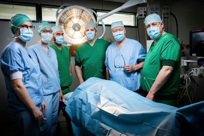 De 6 kinderchirurgen van het Saffier-centrum: (vlnr) dr. Charlotte Vercauteren (UZ Brussel), dr. Kim Vanderlinden (UZ Brussel), dr. Stijn Heyman (ZNA), dr. Dirk Vervloessem (ZNA), prof. Toon De Backer (UZ Brussel), dr. Paul Leyman (GZA).