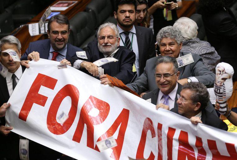 Kamerleden vieren de afzetting van Cunha. 'Cunha weg!', staat er op hun spandoek. Beeld null