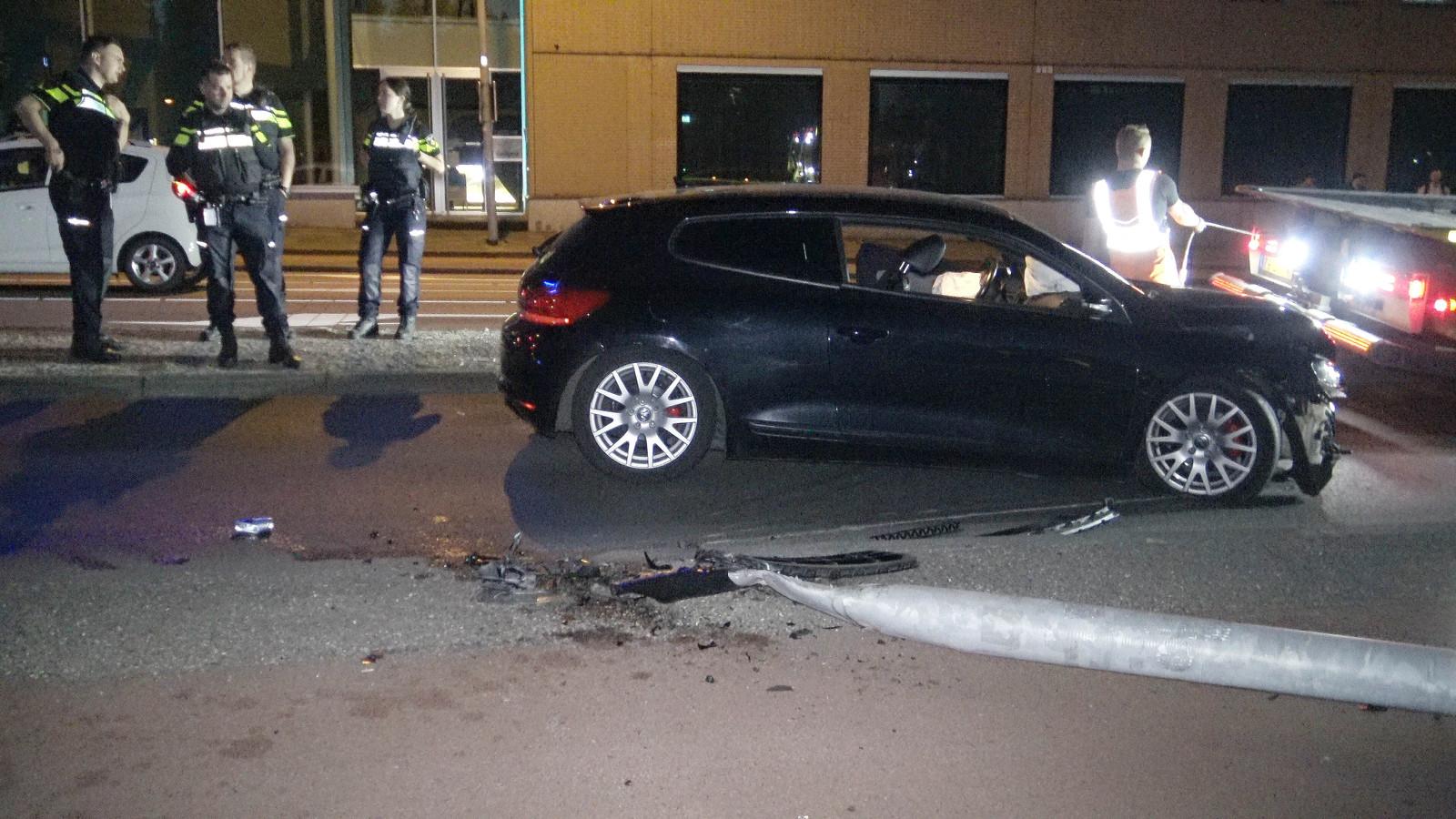 De auto die de Duitser tegen een lantaarnpaal parkeerder