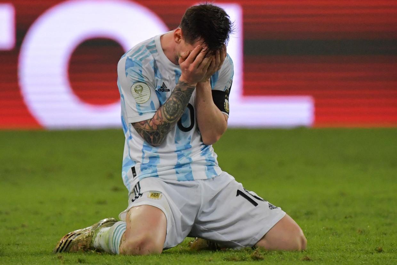 De emoties lopen hoog op bij de Argentijn Lionel Messi na het behalen van de Copa América. Beeld AFP