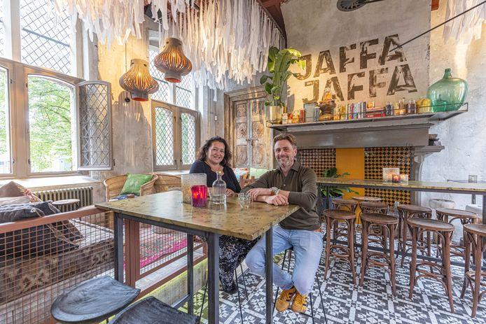 Nancy Fermont en Jelle van der Weerd openen streetfoodbar JaffaJaffa in het rijksmonument aan het Broerenkerkplein.