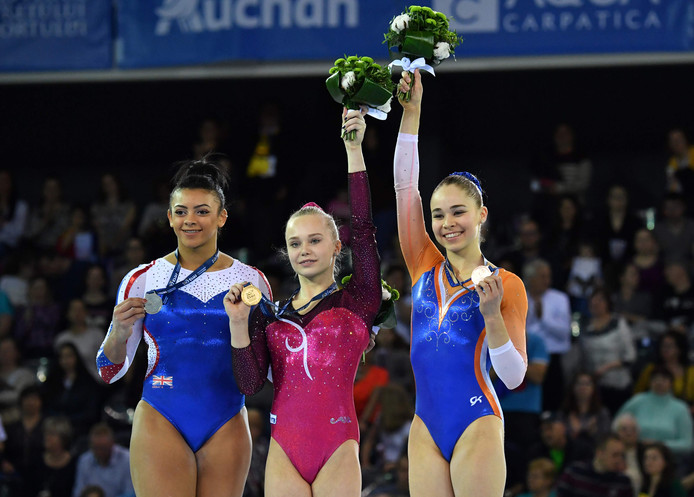 Elissa Downie (links met zilver), Angelina Melnikova (goud) en Eythora Thorsdottir (brons) tijdens de podiumceremonie in Cluj.