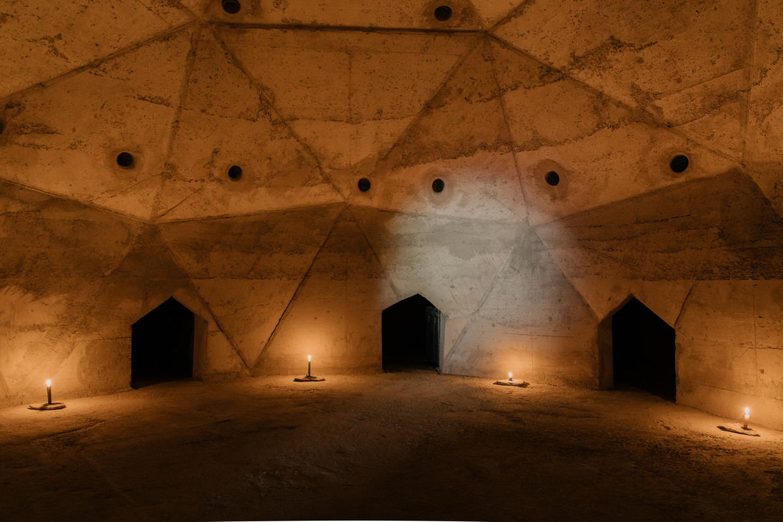 Je kan er alleen op handen en knieën naartoe: de betonnen Biblioteca van kunstenaar Louis De Cordier in Zuid-Spanje. Beeld Kevin Faingnaert