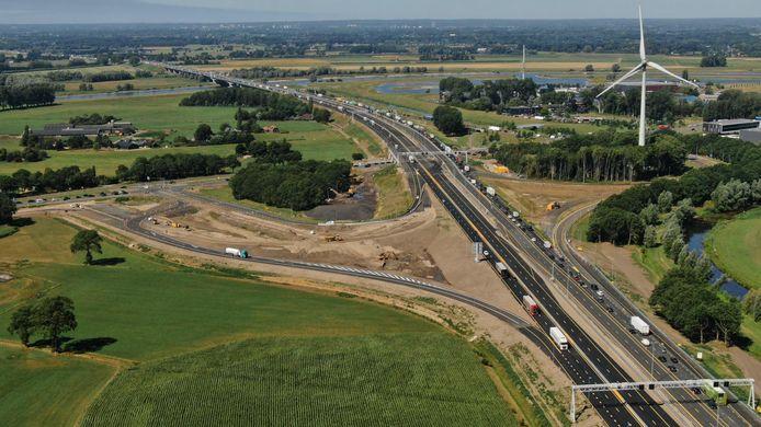 De oprit naar de A1 richting Hengelo (waar de wit-blauwe vrachtwagen linksonder op de foto is te zien), is vroeger opengegaan dan gepland. Rechts ligt Deventer, de weg die links het beeld uit gaat is de N348 naar Zutphen.