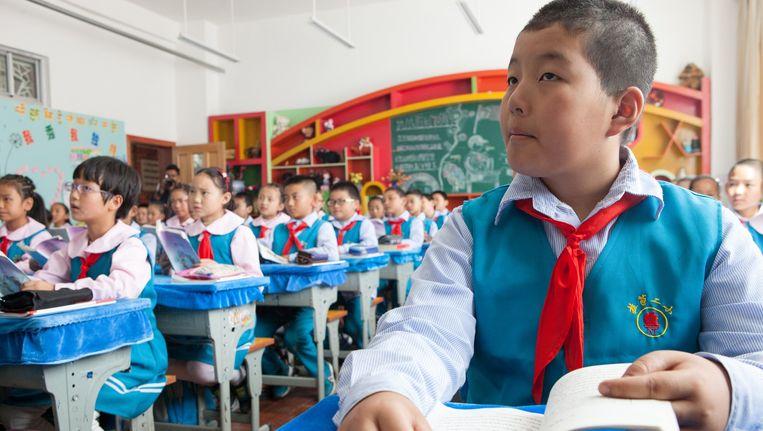 Jonge jongen die krijgt Tibetaanse les op de Lhasa Primary School Beeld Wassink Lundgren
