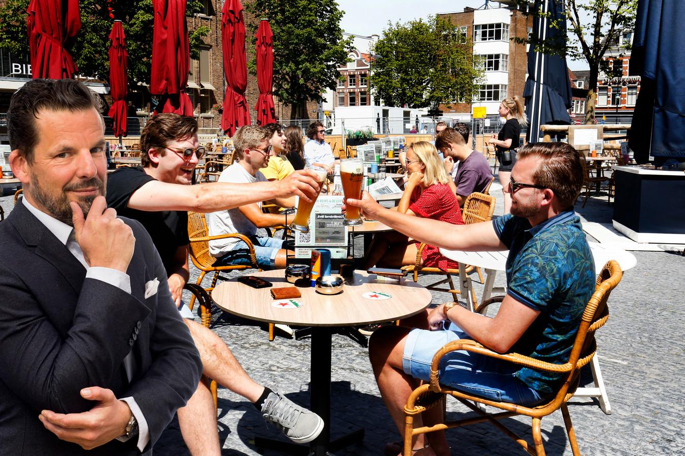 De terrassen in Utrecht waren weer bezet. Inzet: Jerry Goossens