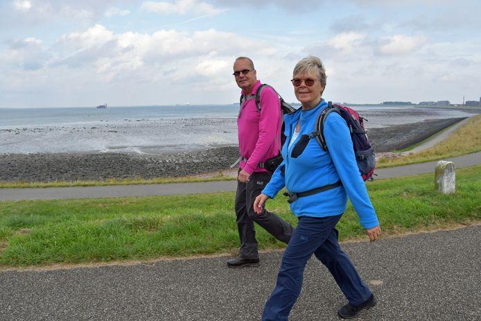 Jacqueline Kortekaas en Henk Korevaar aan de wandel bij Terneuzen.