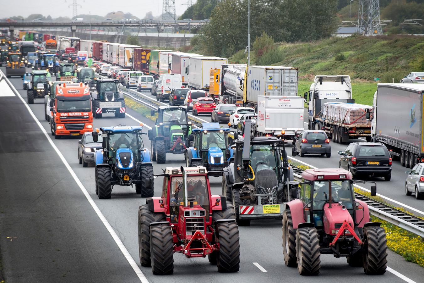 Boerenprotest met tractoren over de snelweg A15 nabij Tiel in 2019.