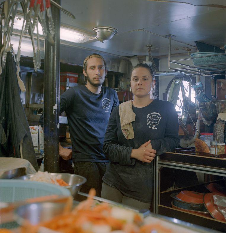 Elliot en Mathilde bereiden dagelijks een veganistische maaltijd voor de crew. Beeld Jules Emile