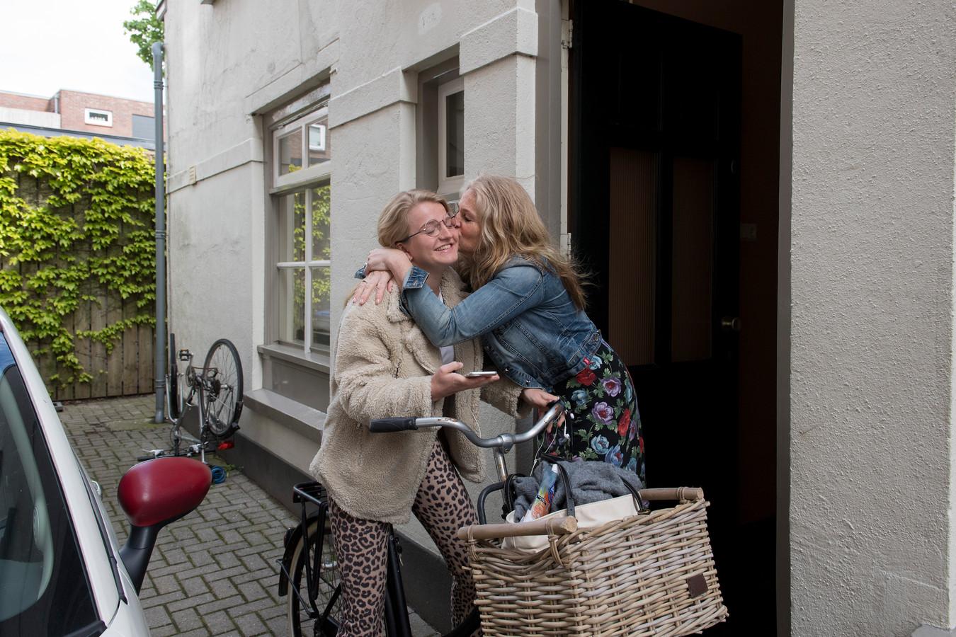 Moeders blijft thuis duimendraaien. Met een dikke kus wenst ze je , voordat je op de fiets stapt, alle succes van de wereld.