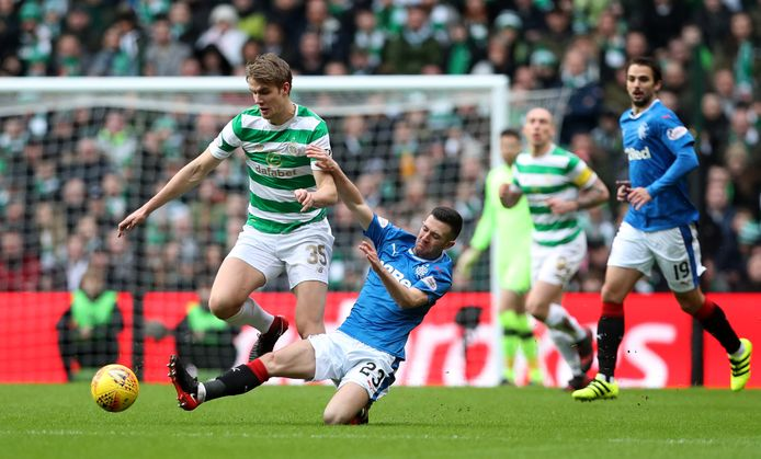 Jason Halt (Rangers) tackelt de bal weg voor Kristoffer Ajer van Celtic.