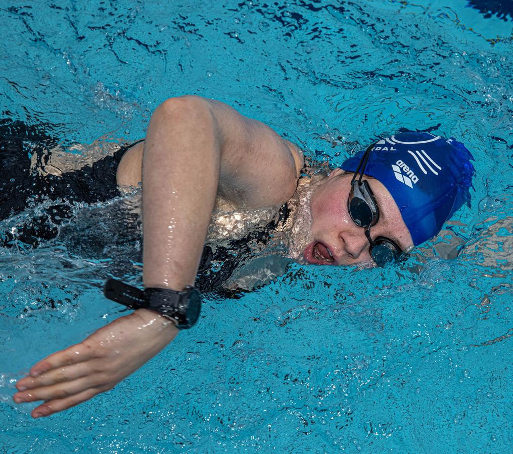 Marèl Olthof uit Hellendoorn trekt haar baantjes in het zwembad in Heino.