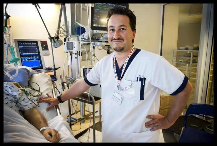 Philippe Devos, hoofd van de afdeling intensieve zorgen van het CHC-ziekenhuis in Luik en voorzitter van het grootste artsensyndicaat BVAS, is zelf besmet met het coronavirus.