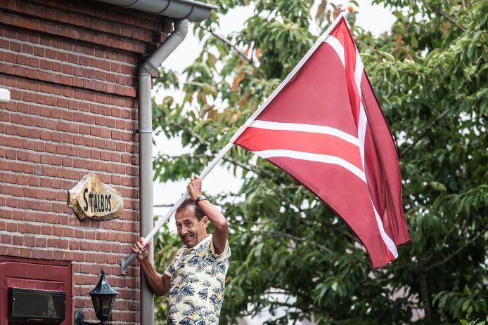 Ad van Beersum heeft de Liemerse vlag al bij huis hangen.