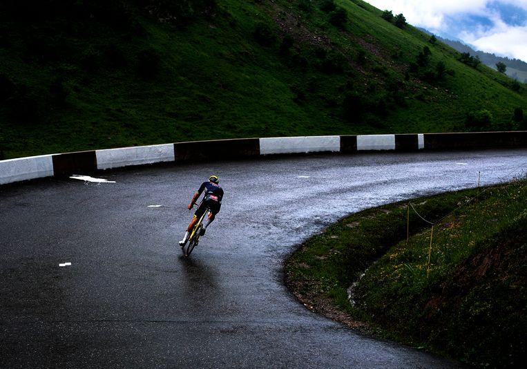 Mathieu van der Poel eenzaam onderweg op zijn laatste berg van deze Tour, de Col de la Colombière, richting Le Grand-Bornand. Beeld Klaas Jan van der Weij