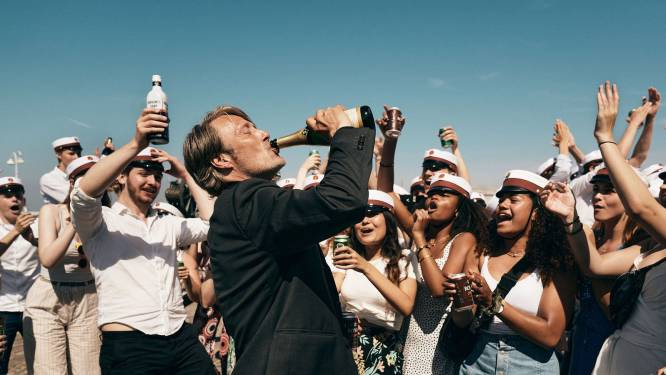 """Mads Mikkelsen aan de drank in 'Drunk': """"Ik heb weleens dronken geacteerd, en ik kan het niet aanraden"""""""