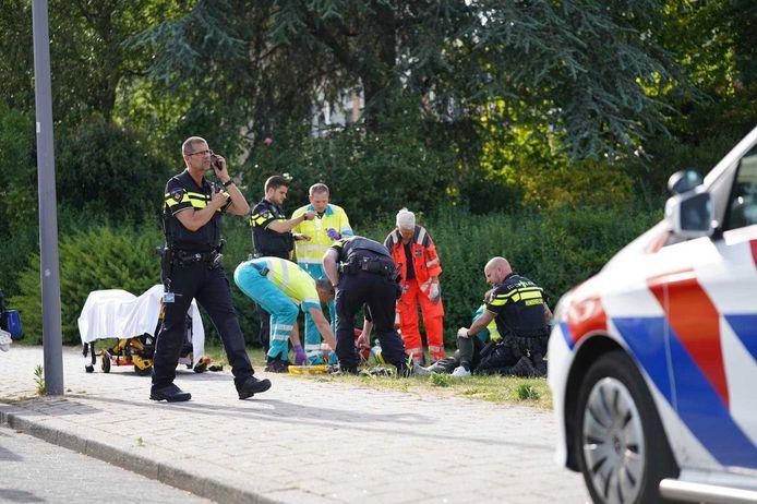Het slachtoffer van de steekpartij aan het Dirkslandhof wordt ter plekke geholpen.
