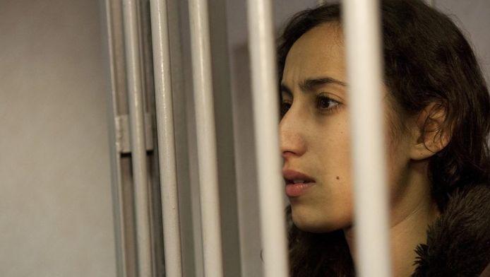 Een door Greenpeace verstrekte foto van Faiza Oulahsen in Moermansk.