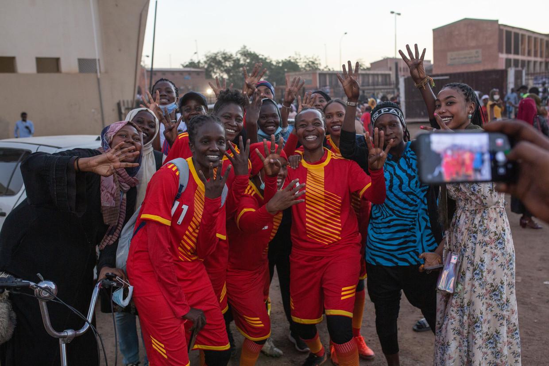 Het elftal van voetbalclub Al Difaa poseert na afloop van de wedstrijd tegen Al Tahadi in het nationale voetbalstadion van Khartoem, de hoofdstad van Soedan. Beeld Nicolas Cortes