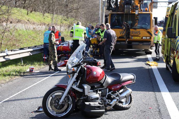 Een motorrijder en passagier raakten ernstig gewond bij een ongeval op de A50 bij Terlet.