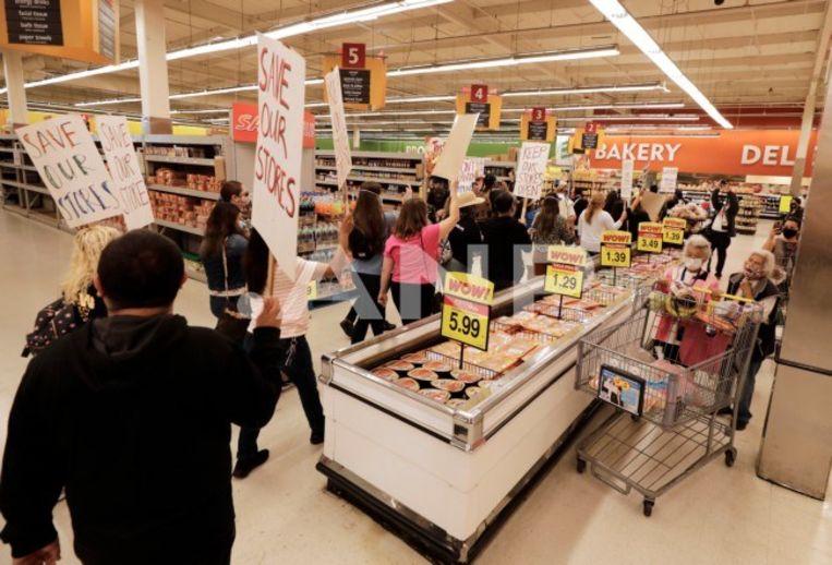 Boze inwoners van Los Angeles protesteren tegen de sluiting van de Kroger-supermarkt aan de Sunset Boulevard. Kroger zegt dat de winkel verlieslijdend is. Actiegroepen denken dat de supermarkt het extra loon voor de werknemers niet wil betalen. Beeld ANP