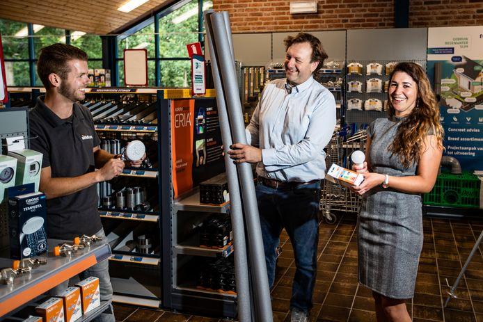 Wethouder Arjen Lagerweij en beleidsmedewerker Jelleke Bosma bekijken met Marcel Huizenga (links), medewerker van bouwmarkt Wildkamp in Terwolde, het aanbod duurzame producten.