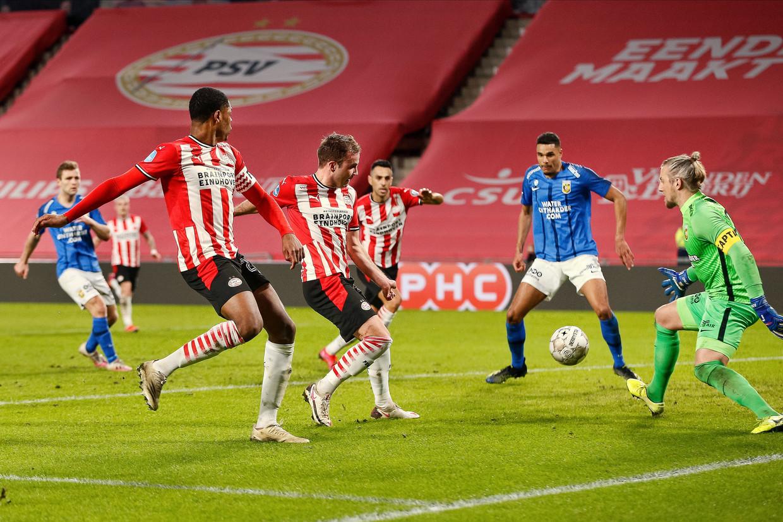 Mario Götze tikt de 2-1 voor PSV binnen. De Eindhovenaren wonnen met 3-1 van Vitesse. Beeld Pro Shots / Thomas Bakker