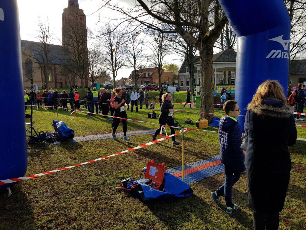 Marjoleine komt over de finish van de Kleine Zakloop