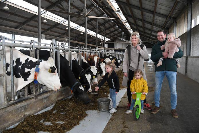 Anouk en Joost Gommeren met hun dochters Lente, Fay en Merel.