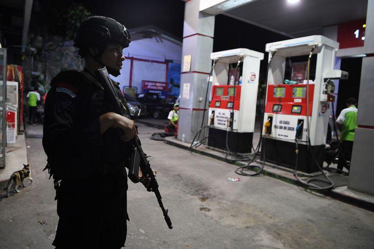 Indonesische veiligheidstroepen bewaken een benzinestation in Jayapura tijdens de recente onlusten. Beeld REUTERS
