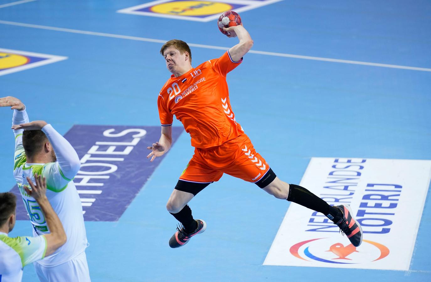 Niels Versteijnen in actie namens Oranje tegen Slovenië.