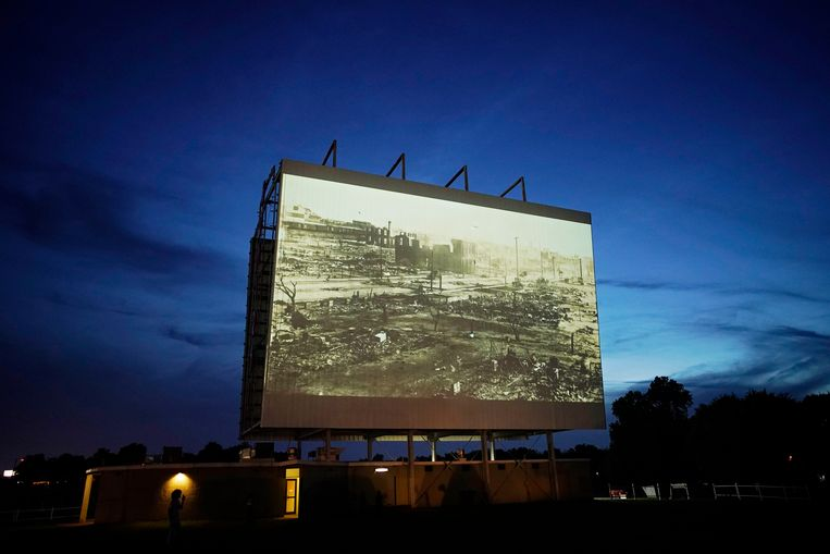 Deze week werd de documentaire 'Rebuilding Black Wall Street' vertoond in een drive-inbioscoop in Tulsa, ter gelegenheid van de herdenking van de Tulsa Race Massacre een eeuw geleden.  Beeld AP