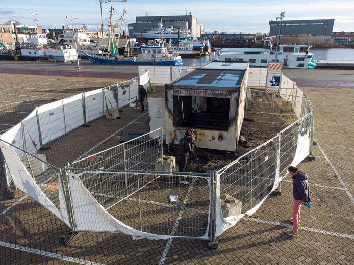 Op het havenplein op Urk ging zaterdagavond de GGD teststraat in vlammen op.