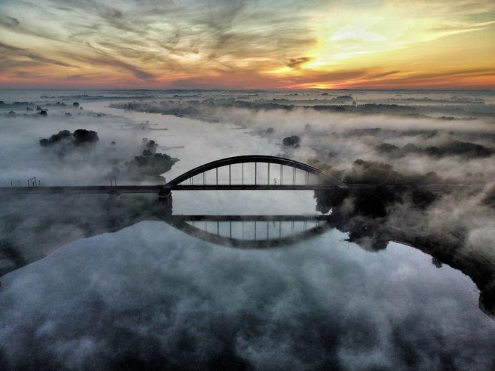De spoorbrug in de mist.