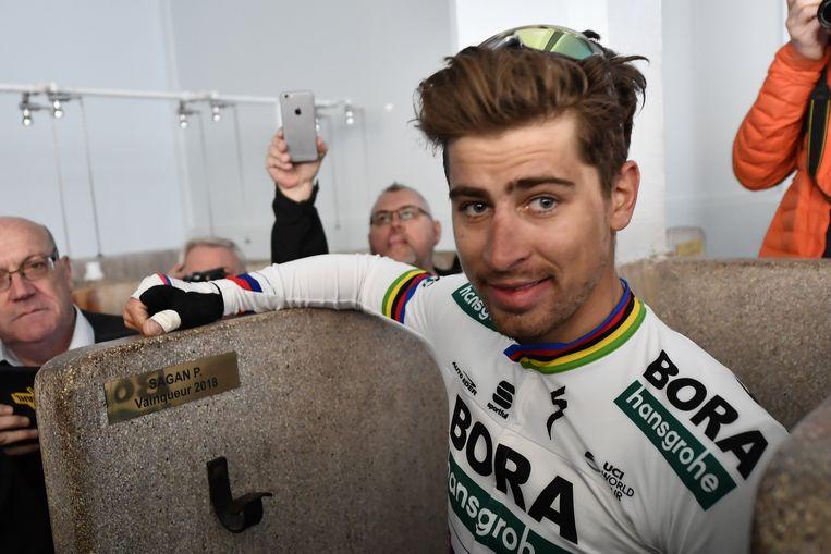 Sagan bij de voorstelling van zijn naamplaatje in de legendarische douches van Roubaix. Hij won er vorig jaar. Beeld BELGA