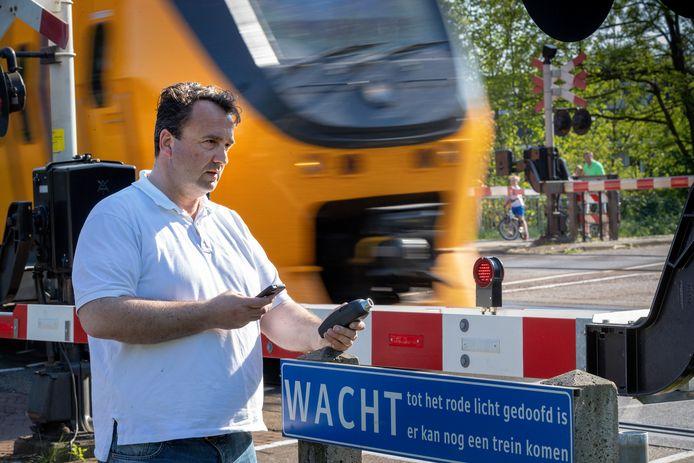 Xavier Waelkens uit Vught woont pal aan het spoor en heeft inmiddels een decibelmeter ter beschikking