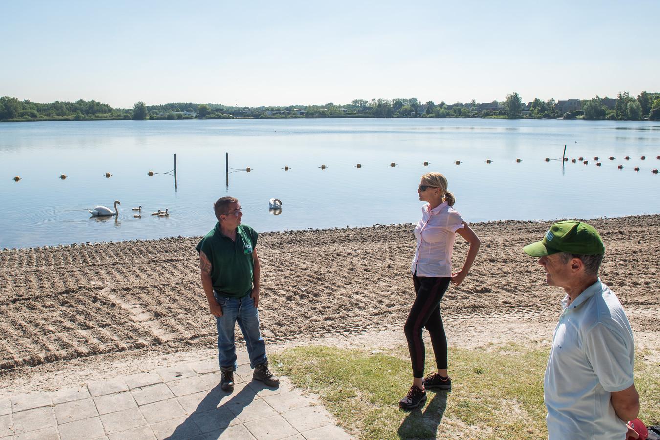 Ilse Leermakers en Arthur Haerkens (rechts) bij de Asterdplas, waar iedere ochtend het strand wordt schoongemaakt en omgewoeld.
