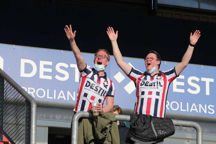 Er mochten maar tweeduizend fans naar binnen bij Willem II - RKC, maar ze maakten wel veel kabaal en schreeuwden de thuisploeg naar de overwinning.