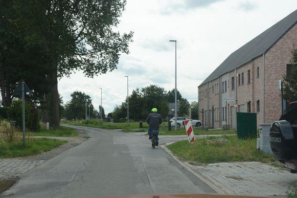 De Snoeckstraat is al jaren een lappendeken van herstelde putten. Een stuk ontbrekend fietspad zal tegelijk worden gerealiseerd.