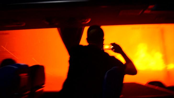 Bus vol toeristen rijdt dwars door vlammenzee op Corsica