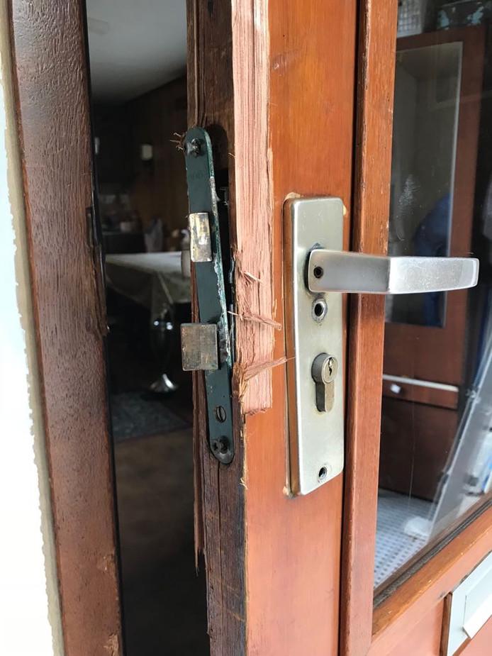 De opengebroken deur van het woonwagentje.